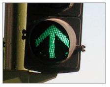 La luz verde en un semáforo que contenga una flecha iluminada